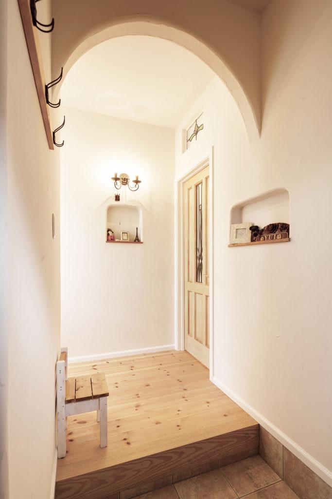 塗り壁と無垢床の玄関 ナチュラルな玄関
