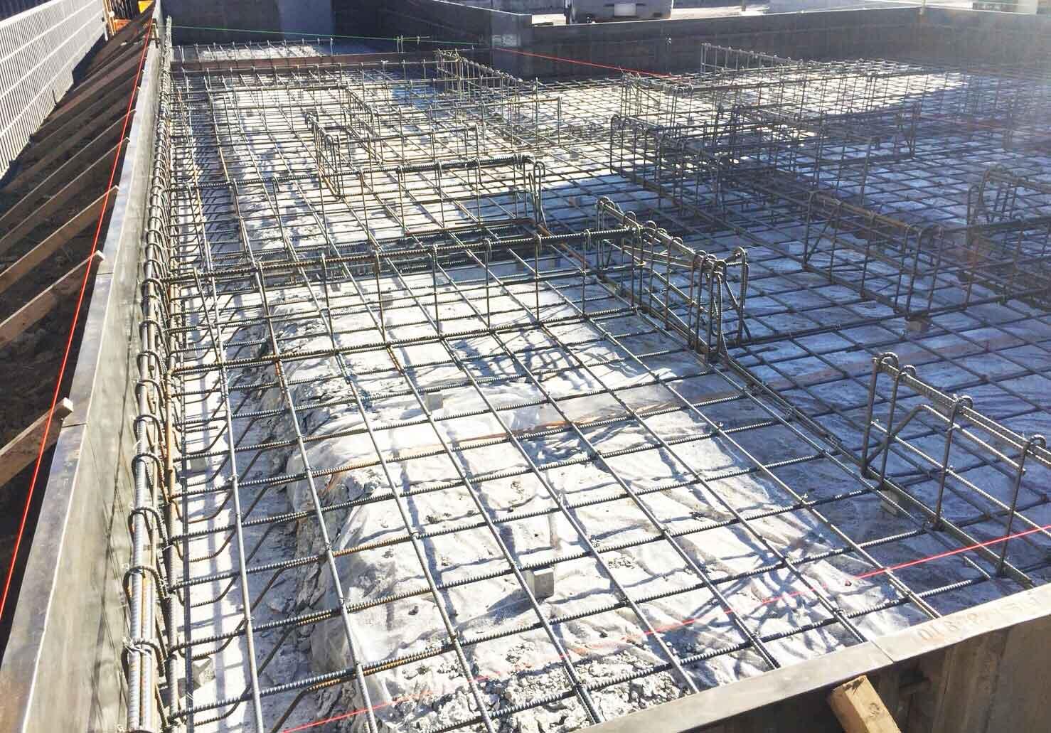 配筋工事と基礎コンクリート流します