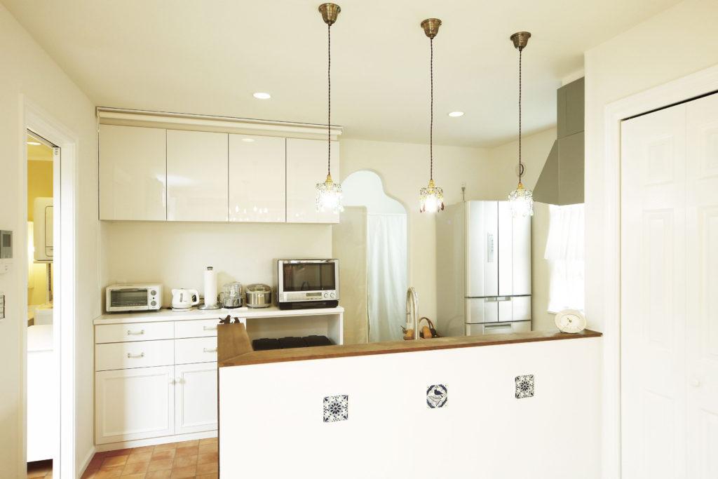 塗り壁と飾りタイルの造作キッチン
