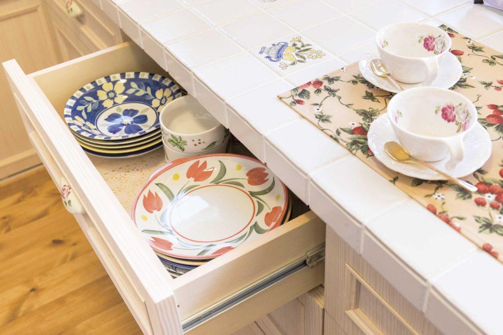 造作キッチン 食器とタイル