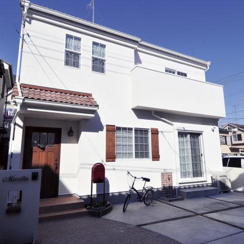 白い塗り壁が美しい、南欧風のナチュラル住宅