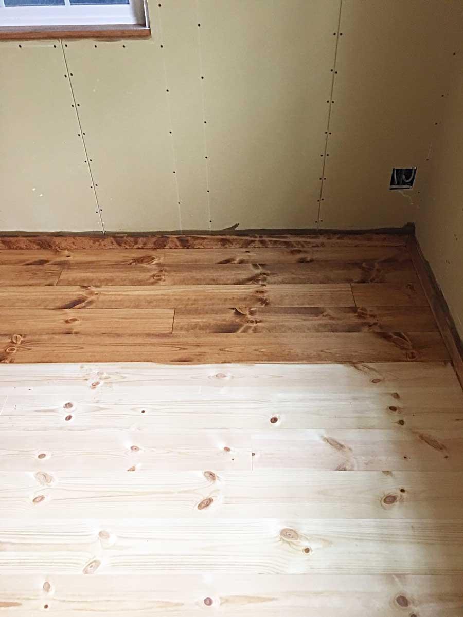 水色ケーシングと無垢床塗装